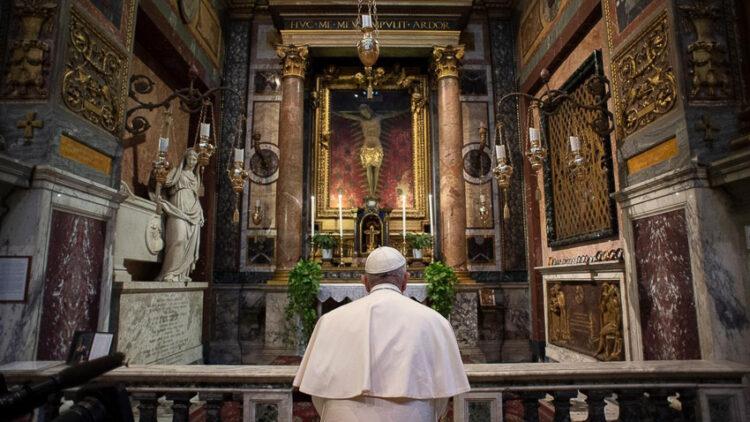 สมเด็จพระสันตะปาปาฟรานซิส เสด็จไป San Marcello al Corso ที่มีไม้กางเขนสำคัญของอิตาลีที่เป็น 'พระรอด' ซึ่งชาวโรมเชื่อว่าช่วยให้รอดจากภัยโรคระบาด