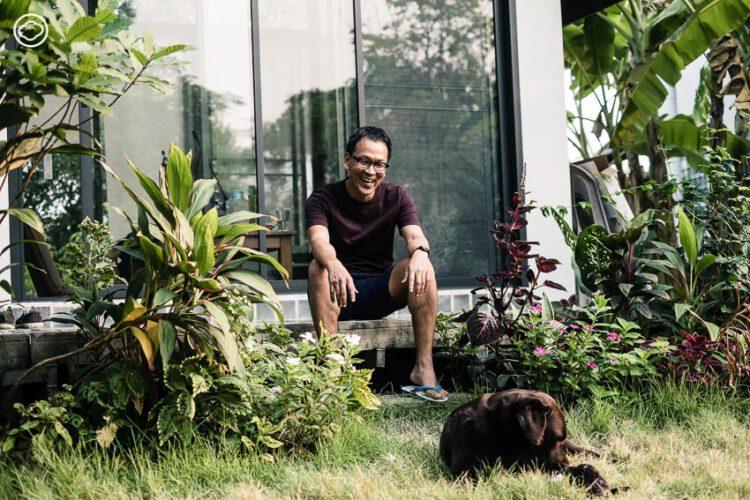 เป็นเอก รัตนเรือง ในวัย 58 ปี กับชีวิตใหม่ที่เชียงใหม่ อยู่บ้าน ปลูกต้นไม้ เล่าเรื่องผ่านภาพวาดและภาพพิมพ์