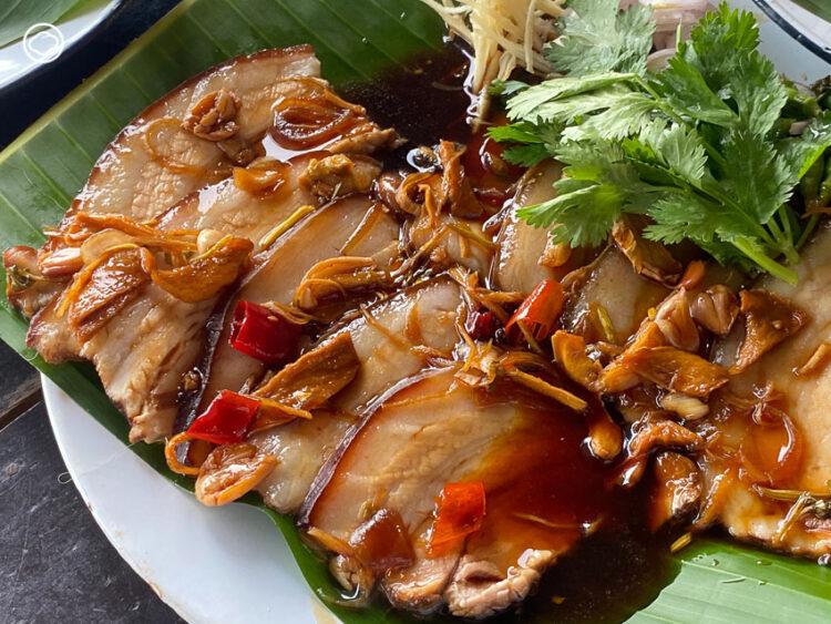 การผสมผสานอาหารบ้านๆ รสไทยนิดจีนหน่อย เป็นเมนูง่ายแต่อร่อยของ คอหมูพระรามห้า, คอหมูย่าง