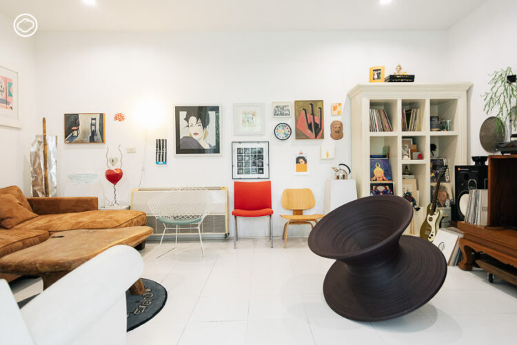 นั่งเก้าอี้สะสมของ บิ๊ก มีรัชต รุจิณรงค์ ที่มีทั้งเก้าอี้นักเรียนจนถึงเก้าอี้ของศิลปินระดับโลก