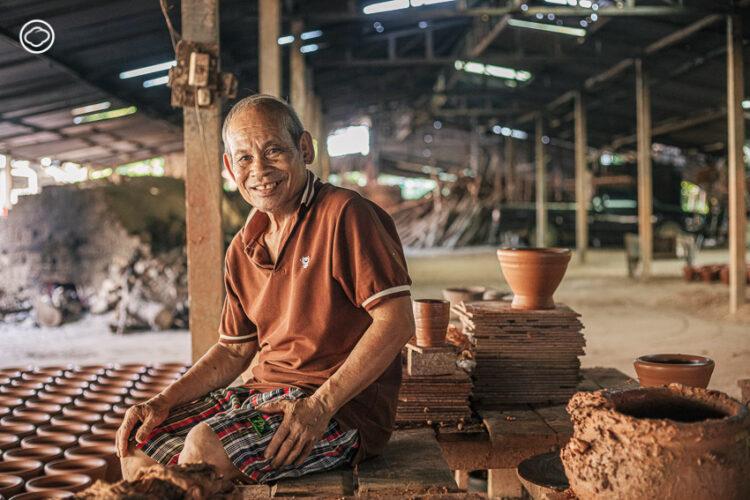 ลุงเปี๊ยก บวร พงษ์พีระ ช่างครกดินโบราณแห่งอุบลผู้ปั้นครกที่คนทั่วไทยและประเทศเพื่อนบ้านใช้ตำ