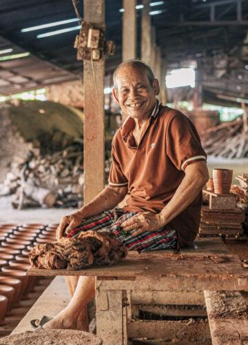 ลุงเปี๊ยก บวร ช่างครกดินโบราณแห่งอุบลผู้ปั้นครกที่คนทั่วไทยและประเทศเพื่อนบ้านใช้ตำ