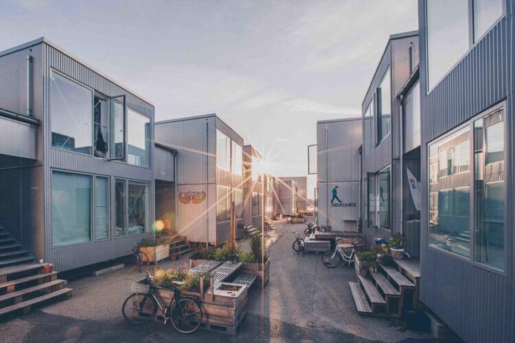 CPH Village เมืองโคเปนเฮเกน ประเทศเดนมาร์ก หอพักตู้คอนเทนเนอร์แนวใหม่ที่ชวนเด็กใช้ชีวิตยั่งยืนด้วยคุณสมบัติถูกและดี