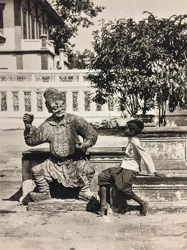 เด็กชายกับตุ๊กตาจีน ในลานพระอุโบสถวัดอรุณราชวราราม ราชวรมหาวิหาร
