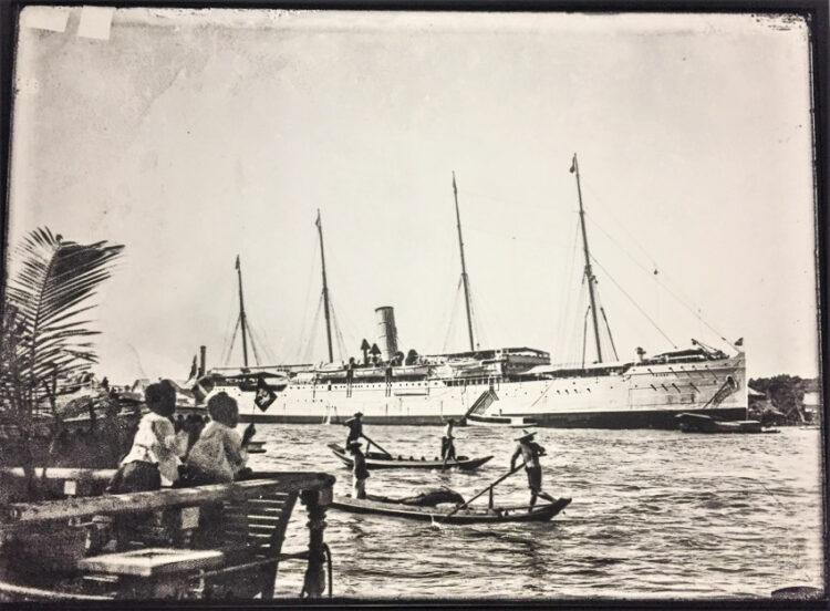เรือเบอร์มาของบริษัทอีสต์เอเชียติก เป็นเรือกลไฟสี่เสา ใช้เดินเรือโดยสารและขนส่งสินค้าระหว่างสยามกับทวีปยุโรป ราว พ.ศ. 2462
