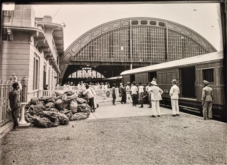 การขนส่งพัสดุไปรษณีย์ที่สถานีรถไฟหัวลำโพง เห็นรถไฟสายใต้สิ้นสุดที่เมืองปีนัง
