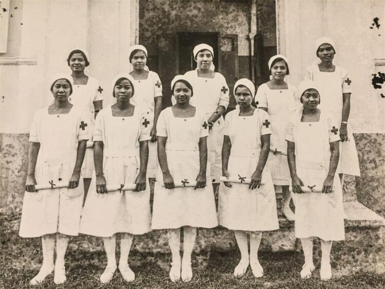 นักเรียนพยาบาล โรงเรียนนางพยาบาล สภากาชาดสยาม รับประกาศนียบัตรเมื่อสำเร็จการศึกษา