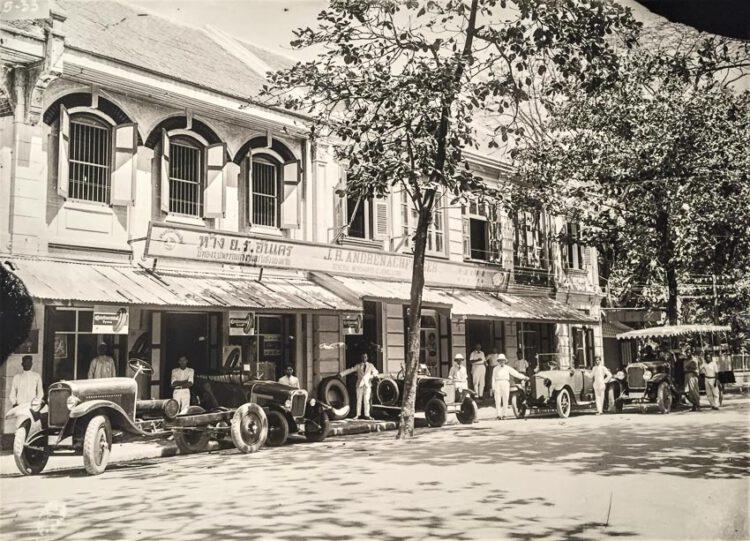 ห้าง ย.ร.อันเดร บนสี่กั๊กพระยาศรี ใน พ.ศ. 2447 นำเข้าสินค้าจากต่างประเทศ รวมถึงรถยนต์ยี่ห้อ Opel