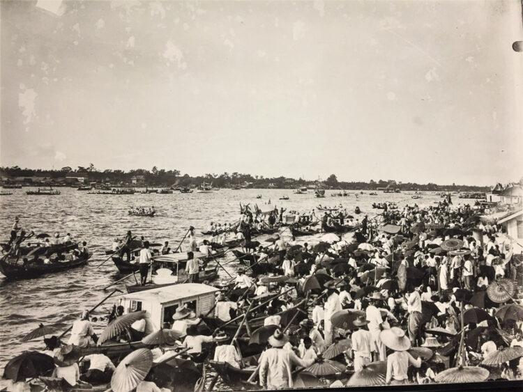 แม่น้ำเจ้าพระยาที่ปากน้ำเมืองสมุทรปราการ ราษฎรเฝ้ารับเสด็จพระบาทสมเด็จพระจุลจอมเกล้าเจ้าอยู่หัว ในคราวเสด็จนิวัตพระนครจากทวีปยุโรป ครั้งที่ 2 เมื่อวันที่ 5 ธันวาคม พ.ศ. 2450