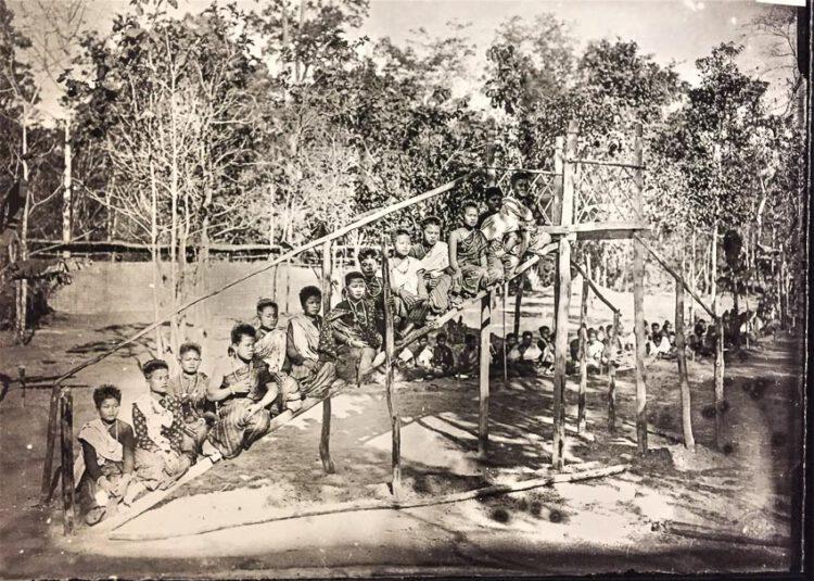 หญิงสาวเมืองเรณูนคร นั่งบนหอหรือเกยหอ สำหรับเทียบช้างให้คนขึ้นลงช้างได้สะดวก พ.ศ. 2449