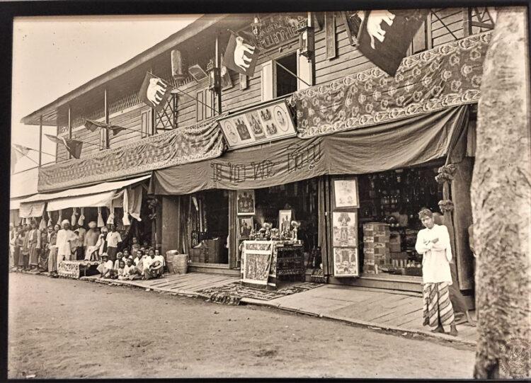ร้านและโรงแรมของจีนสมบุญที่ตลาดน้ำปากน้ำโพ เมืองนครสวรรค์ หน้าร้านตั้งโต๊ะเครื่องบูชาและตกแต่งสถานที่ด้วยธงช้างเผือก รับเสด็จฯ พระบาทสมเด็จพระจุลจอมเกล้าเจ้าอยู่หัว เมื่อวันที่ 13 สิงหาคม พ.ศ. 2449