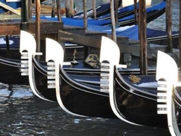 เบื้องหลังสีดำของเรือกอนโดลา สัญลักษณ์หมวกที่หัวเรือ และการแจวสไตล์อิตาเลียน