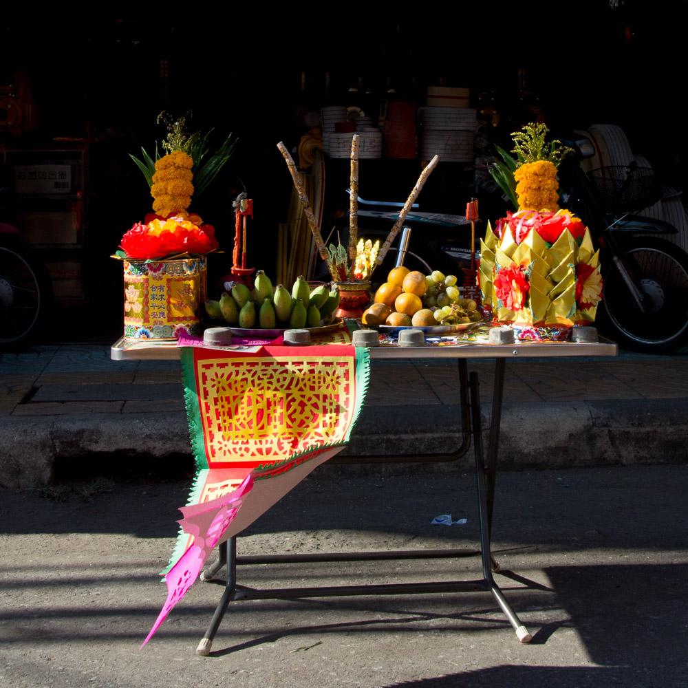 โต๊ะไหว้เจ้า วัฒนธรรมคอนหวันที่ซ่อนอยู่ในงานแห่มังกรปากน้ำโพ