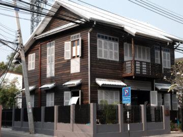 ที่พัก สกลนคร, โรงแรม สกลนคร, บ้านเสงี่ยม-มณี บ้านไม้สามชั้นย่านเมืองเก่าสกลนครที่แปลงโฉมเป็นที่พัก 4 ห้องนอน