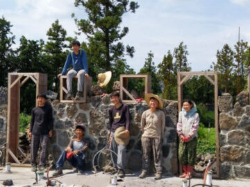 Byeopssi School โรงเรียนเล็กๆ บนเกาะเชจูที่ให้เด็กสร้างอาคารเรียนเองจากก้อนหินภูเขาไฟ
