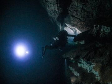 ความมืดตอนเที่ยงวันในความลึกของ 'สองห้อง' ถ้ำใต้น้ำที่ยังไม่มีใครหาจุดสิ้นสุดเจอ, ทะเลสองห้อง