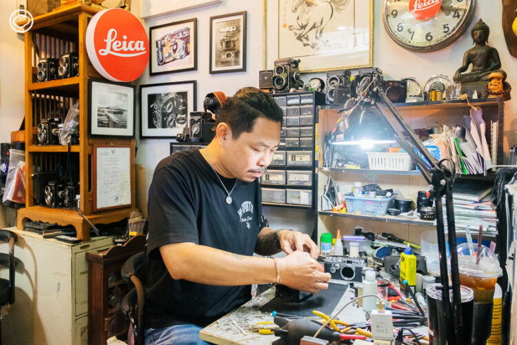 9 ร้านซ่อมรอบกรุง ที่เปลี่ยนกุญแจ นาฬิกา พิมพ์ดีด และสารพัดของเสียให้กลับมา Spark Joy อีกครั้ง, ช่างตุ๋ย-อนุรักษ์ อินทชัย แห่ง The Eye