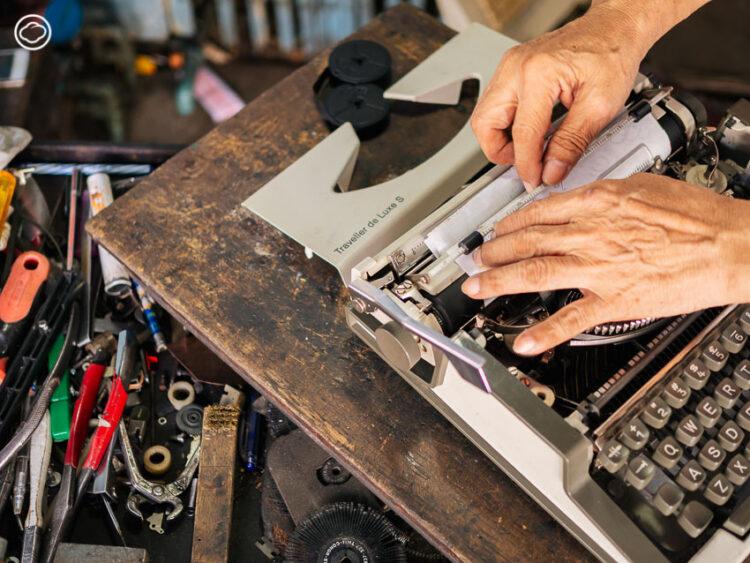 9 ร้านซ่อมรอบกรุง ที่เปลี่ยนกุญแจ นาฬิกา พิมพ์ดีด และสารพัดของเสียให้กลับมา Spark Joy อีกครั้ง, สมศักดิ์พิมพ์ดีด