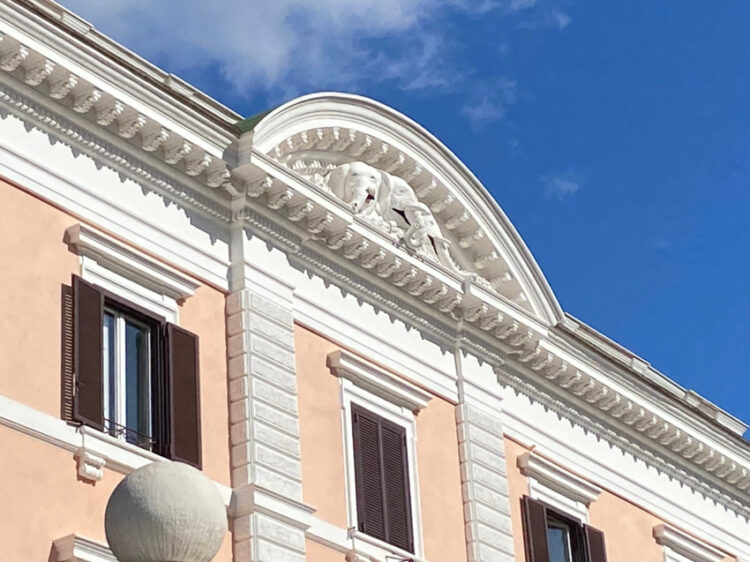 ประติมากรรมช้างสามเศียร อดีตตราแผ่นดินสยามที่ประดับอยู่หน้าอาคารสถานเอกอัครราชทูต