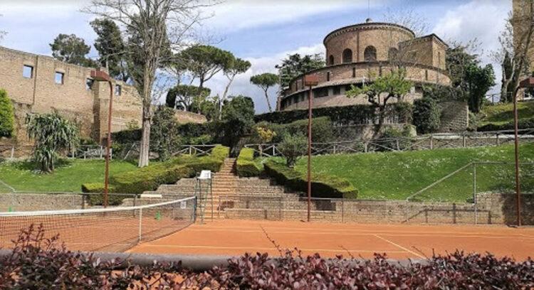 ภาพสนามเทนนิสในสภาพปัจจุบัน เนื่องจากโบสถ์มี Sports Club และสนามเทนนิสเป็นส่วนหนึ่งอยู่ภายในพื้นที่ของทางโบสถ์