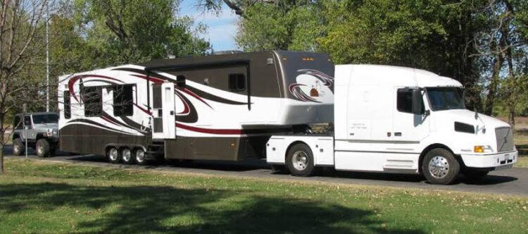 'รถบ้าน' ที่พักเคลื่อนที่ได้แบบ Camping ลูกครึ่งรีสอร์ตกับสถานที่จอดในไทย, Fifth-Wheel Trailer