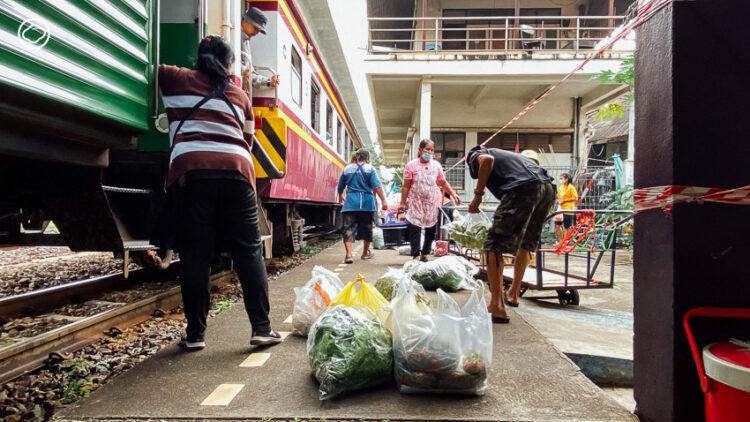 ตลาดสถานีรถไฟมักกะสัน ปลายทางของ 'รถ(ไฟ)แม่ค้า' ที่พาของสดจากตะวันออกเข้ากรุงทุกเช้า