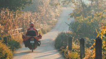 ขึ้นเขาลงแม่น้ำไปกับพนักงานไปรษณีย์ไทย ที่เส้นทางไกลแค่ไหนก็ไปส่ง