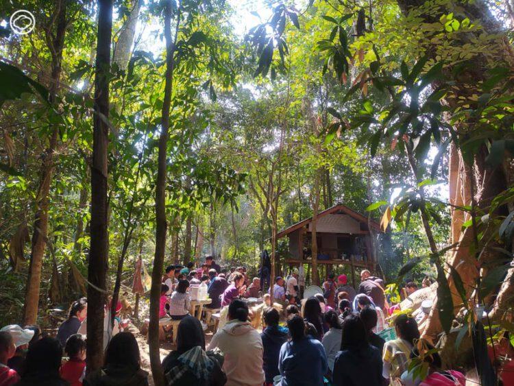 ฉลองปีใหม่ฉบับชาวปกาเกอะญอ ล้อมวงขอบคุณธรรมชาติ รินเหล้าให้กัน และปล่อยนกขึ้นฟ้า