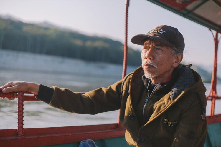 การขับเคลื่อนตลอด 20 ปี ของ ครูตี๋-นิวัฒน์ ร้อยแก้ว ครูใหญ่แห่งโฮงเฮียนแม่น้ำของ ที่ตั้งโรงเรียนริมโขงสอนเรื่องแม่น้ำโขงให้คนเชียงของรักและรู้จักรากเหง้าผ่านประวัติศาสตร์ นิเวศ และวัฒนธรรม