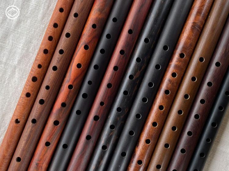 เชฟก้อง นักสะสมขลุ่ยไม้ที่มีตั้งแต่ขลุ่ยจากไม้ประจำตัวพระ ไปจนถึงตอไม้ล่ามโซ่ช้าง