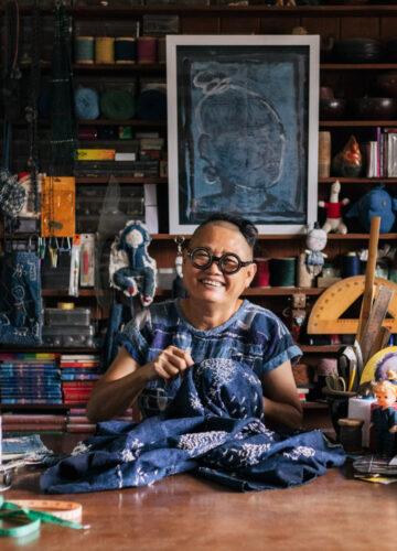 สตูดิโอเย็บผ้าของ แนล-สมพร อินทร์ประยงค์ ที่เย็บผ้าจนเป็นศิลปิน Folk Art ระดับสากล