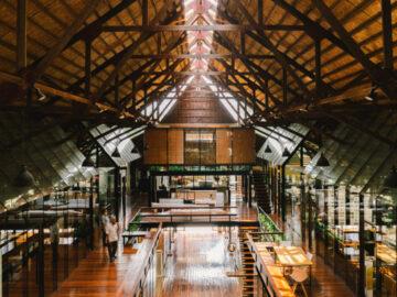 รพินธร : เปลี่ยนโรงยิมเก่าเป็นห้องเรียน ห้องทำงาน ของเหล่าสถาปนิกในร่มหลังคาเดียวกัน
