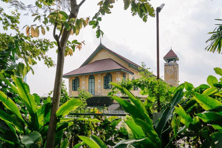 บ้านไม้เก่าข้างคริสตจักรที่ 1 สำเหร่ ที่สนามหญ้าเคยเป็นที่ตั้ง รร.กรุงเทพคริสเตียนฯ