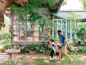 จากโรงทอไหมคุณย่าสู่ 'บ้านแห่งไหม' พื้นที่ที่สอนวิชาชีวิตให้เด็กๆ โคราชด้วยกี่ทอผ้า