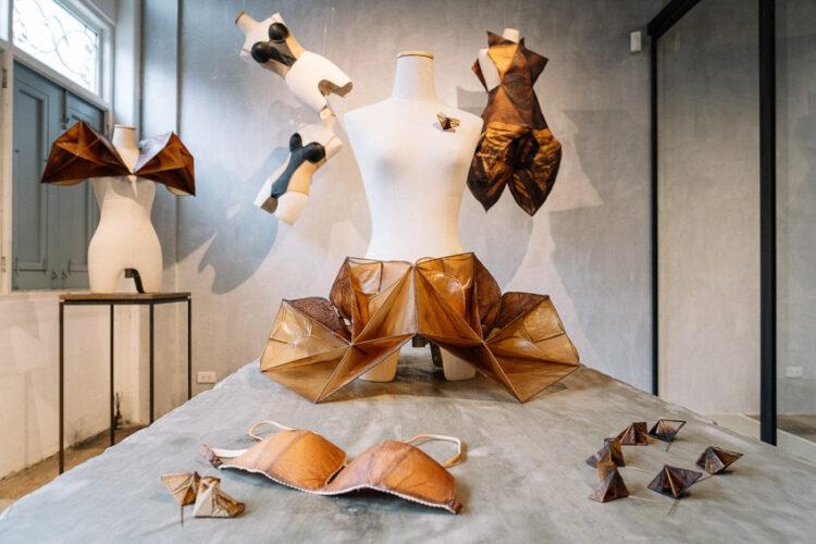 เปลี่ยนดินเป็นเสื้อผ้า นวัตกรรม Sustainable Fashion จากดีไซเนอร์ไทยที่ใส่ซ้ำได้ 2 ปี