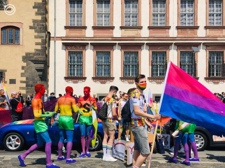 เดินขบวนทิพย์ในงานขบวนพาเหรดรถยนต์เพื่อความเท่าเทียมทางเพศ LGBTQ+
