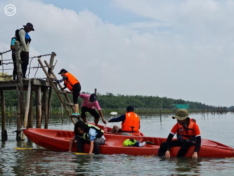 พายคายัคเส้นทางใหม่ของสมุทรสงคราม ล่องป่าชายเลน แวะนาเกลือและเข้าใจปัญหาขยะทะเล