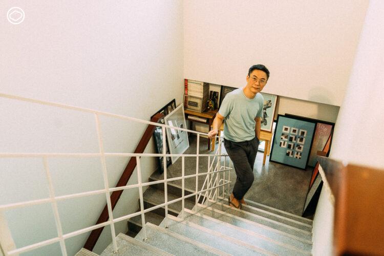 สนทนากลางสตูดิโอกึ่งห้องสมุดของสันติ ลอรัชวี ศิลปิน นักออกแบบกราฟิก ในวันที่จัดแสดงนิทรรศการเดี่ยวครั้งล่าสุด 'MemOyoU'