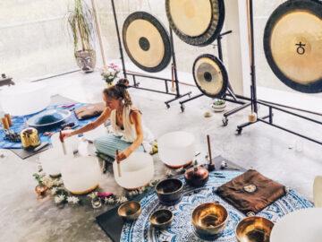 ทำความรู้จัก Sound Bath ศาสตร์บำบัดอาการซึมเศร้า ด้วยการนอนอาบเสียงเครื่องดนตรี