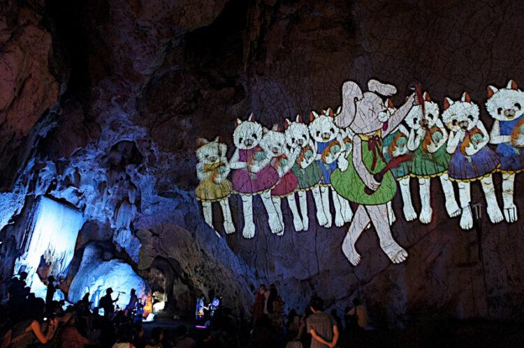 เจ้าของคาแรกเตอร์การ์ตูนสุดน่ารักในมิวสิกวิดีโอ แอนิเมชันบนผนังถ้ำ เคสโทรศัพท์ เรือเฟอร์รี่ ขวดน้ำดื่ม และประติมากรรมรูปหล่อ
