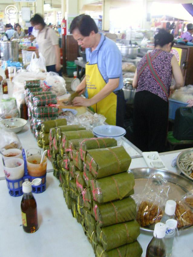 พาเดินตลาดเช้าในไทย แวะเวียนไปตลาดเมืองลาว มองวิถีชีวิตคนเมืองผ่านข้าวของบนแผง