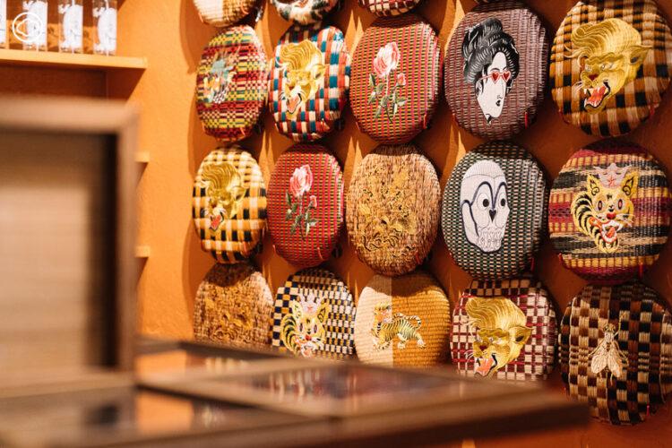 จิบชากลิ่นเป็ดพะโล้ สนทนาในร้านชากึ่งโชว์รูมงานคราฟต์ย่านตลาดน้อย ของ โอ-ศรัณย์ เย็นปัญญา และ โอ๊ะ-เบญจภัค เพชรคล้าย