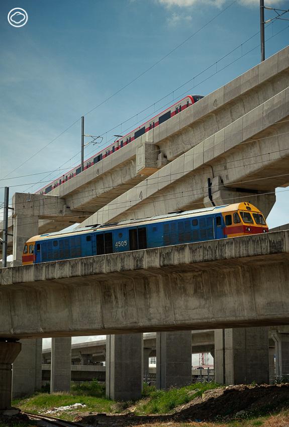 สำรวจระบบรถไฟฟ้าชานเมืองสายสีแดงที่เปิดใช้งานใหม่ ทำให้การเดินทางเข้าออกเมืองหลวงง่ายและสะดวกสบายขึ้นสำหรับทุกคน