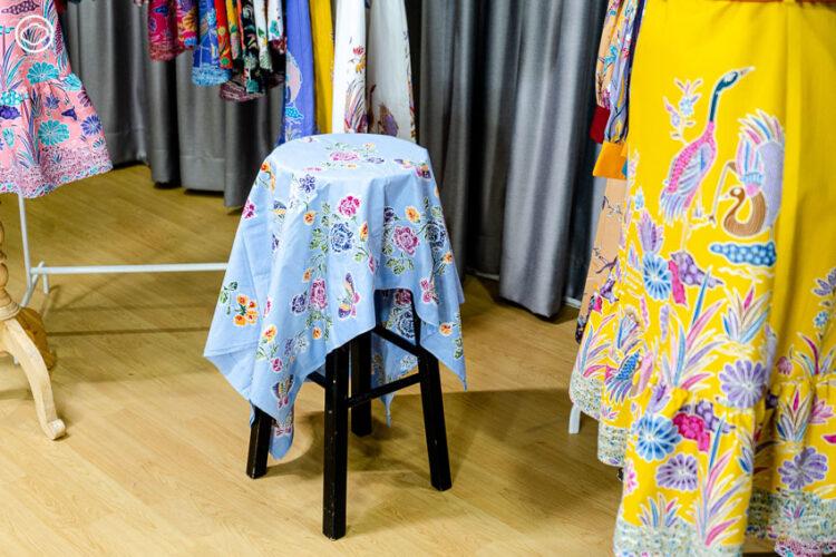 ทายาทรุ่นสองร้านขายของที่ระลึกภูเก็ต ผู้พลิกฟื้นจิตวิญญาณผ้าท้องถิ่นให้กลับมามีชีวิต ภายใต้แบรนด์ 'ชุดผ้าปาเต๊ะ Yayee'
