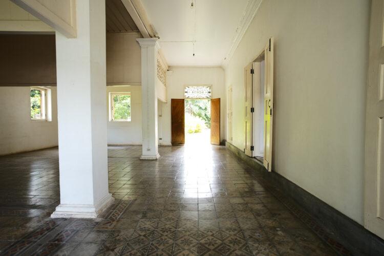บริเวณชั้นล่างของอาคารแรก มีร่องรอยการแบ่งพื้นที่เป็นห้องเล็กๆ และกระเบื้องซีเมนต์พิมพ์ลายสมัยรัชกาลที่ 5