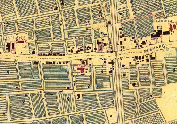 แผนที่กรุงเทพ ฯ พ.ศ. 2495 ปรากฏภาพหมู่อาคารครบตามลักษณะปัจจุบัน และมีภาพร่างเป็นเหลี่ยมยื่นออกมาจากด้านข้างของตัวบ้าน ซึ่งสันนิษฐานว่าเป็นกระไดภายนอกที่เคยมีอยู่ ภาพ : พีรศรี โพวาทอง