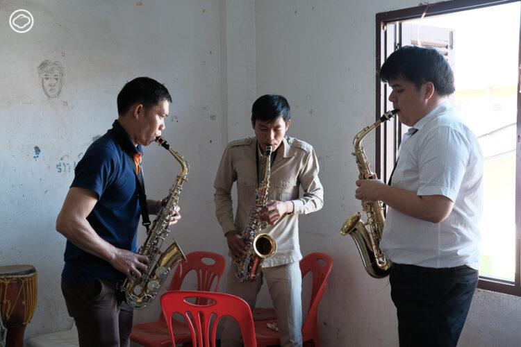 ชีวิตสองอาสาสมัครที่เดินทางไปสอนดนตรีไทยและสากลในวิทยาลัยที่ สปป.ลาว