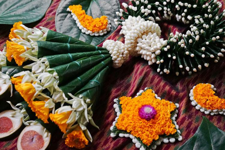 คุยกับครูนิด จากเพจ 'ร้อยเรียบ' ผู้ร้อยดอกไม้และพืชผักสารพัดเป็นมาลัยแปลกใหม่สร้างสรรค์ เพราะเชื่อว่าความงามอยู่รอบตัว