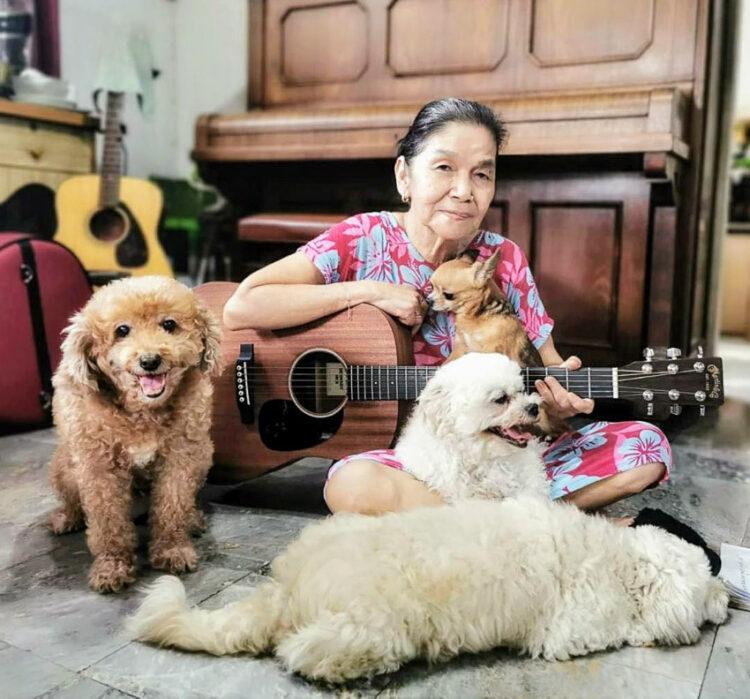 หญิงชรา กะ หมาน้อย : YouTuber วัย 71 ที่สนุกกับเสียงเพลงและสร้างรอยยิ้มให้ลูกหลาน