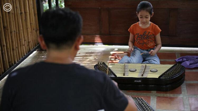 ครูดนตรีไทยกลับบ้านมาสร้างเรือนระเด่นเรือนไทยซึ่งเป็นที่พัก ร้านกาแฟ และห้องเรียนดนตรีแห่งสมุทรสงคราม